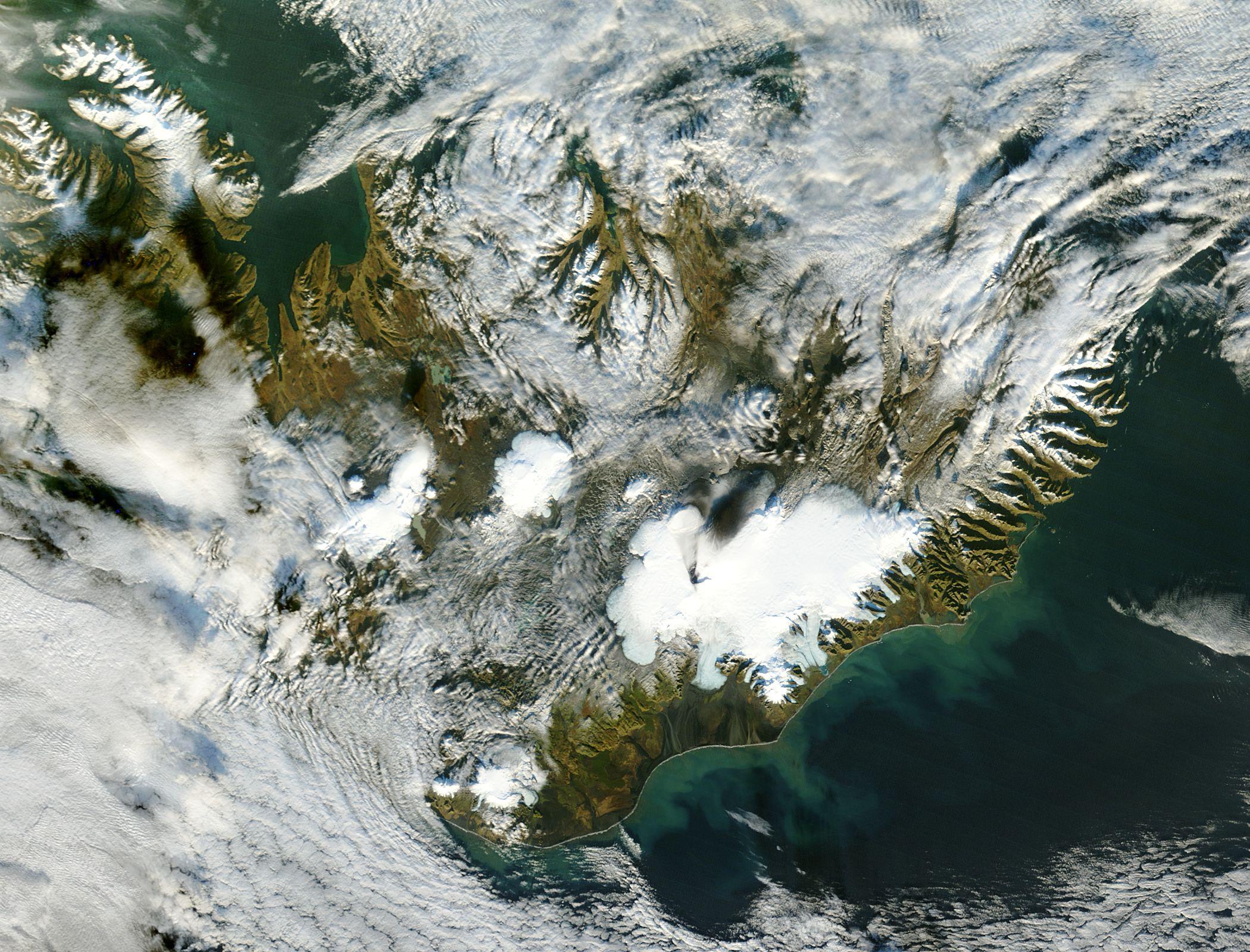 Ceniza del  volcán Grímsvötn a través de la capa de hielo de Vatnajokull
