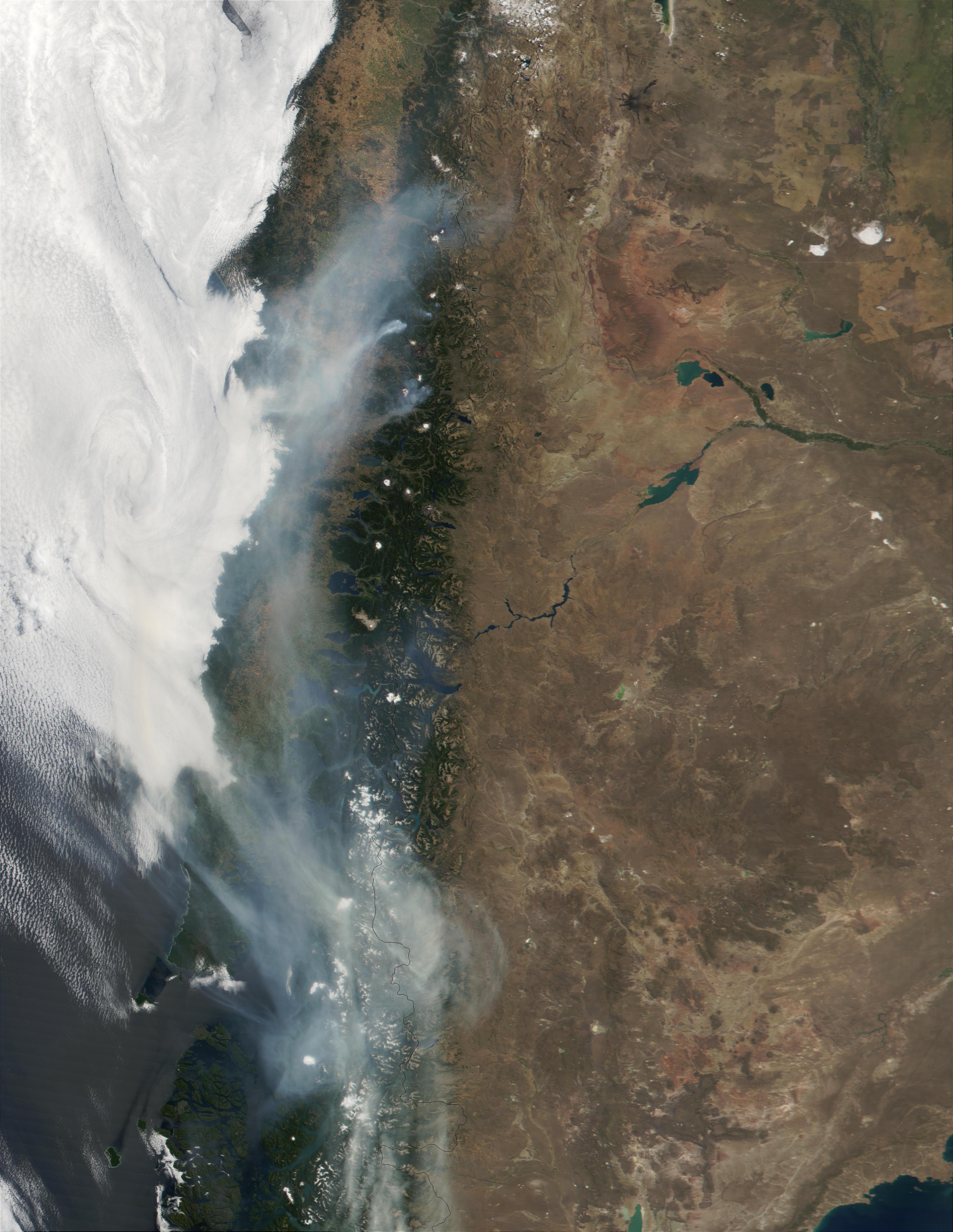 Humo encima de Chile (proveniente de incendio forestal cerca Los Angeles y Temuco)