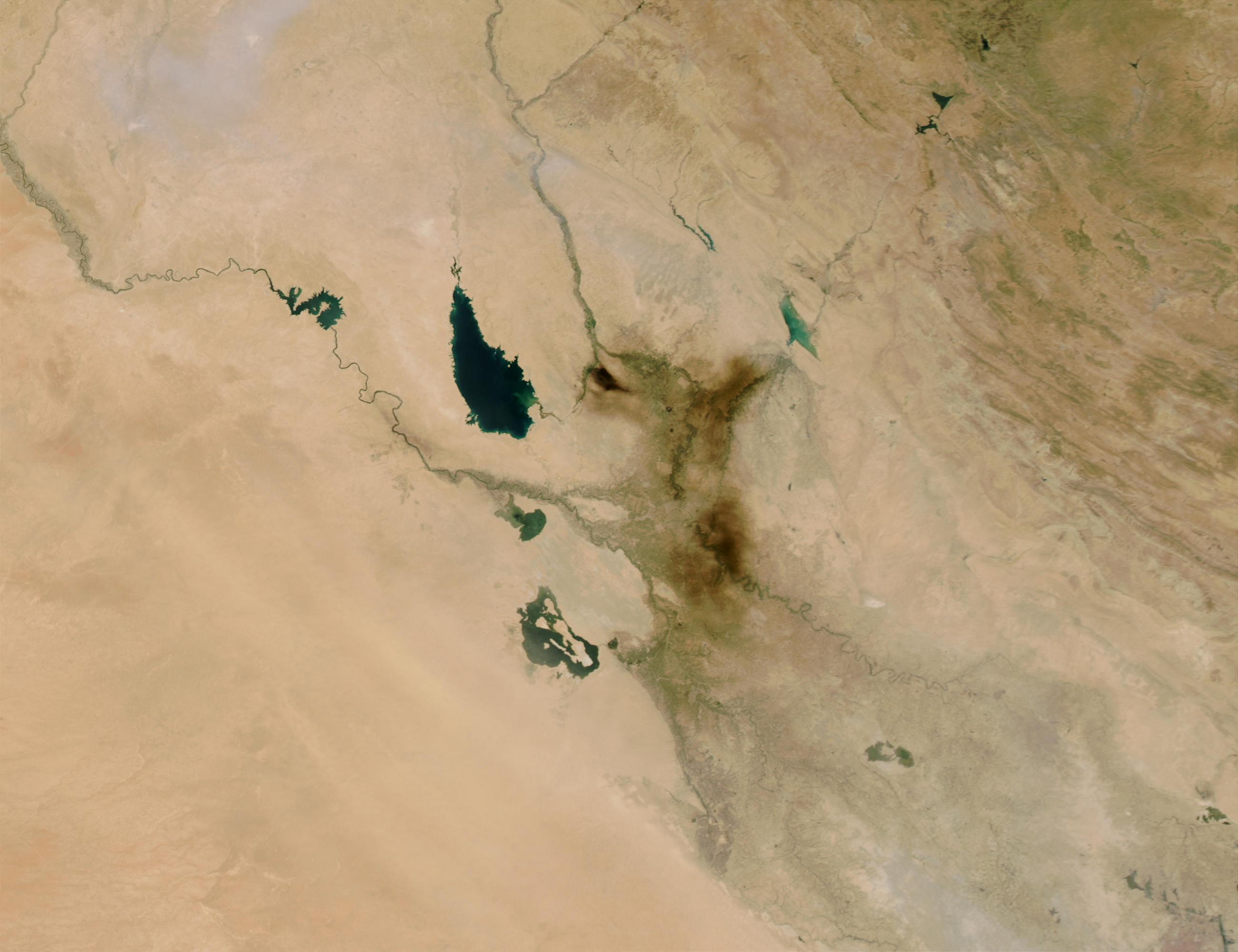 Penacho de humo de incendio petrolero cerca de Bagdad, Iraq
