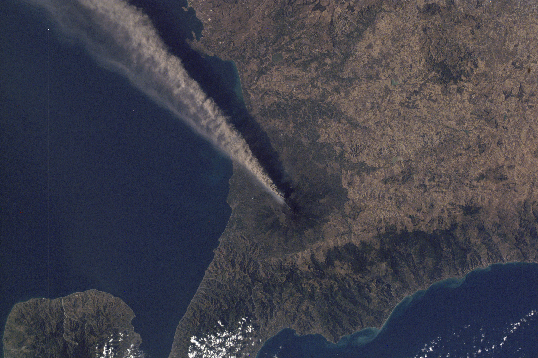 Pluma de ceniza subiendo del volcán Etna, Sicilia