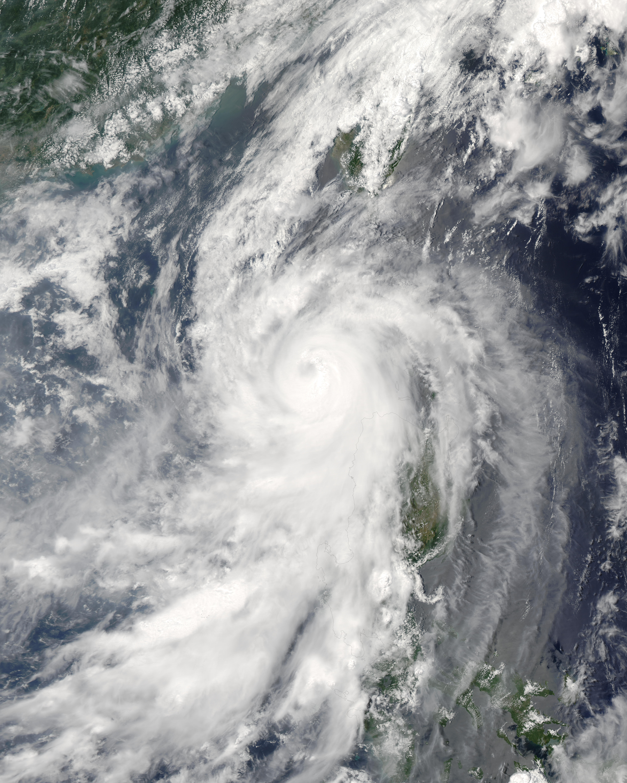 Tifón Conson (07W) cerca de las Filipinas