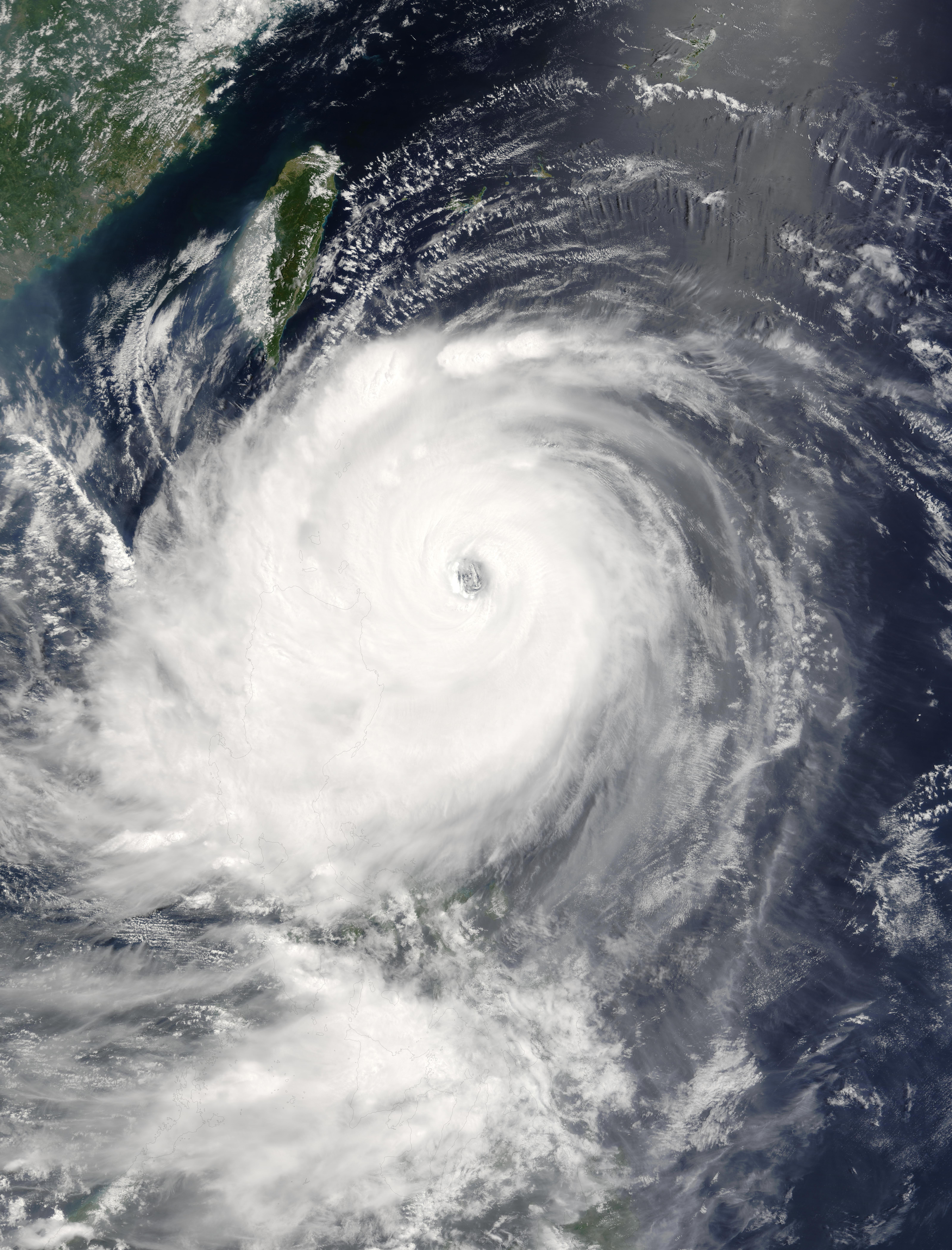 Tifón Mindulle (10W) encima de las Filipinas