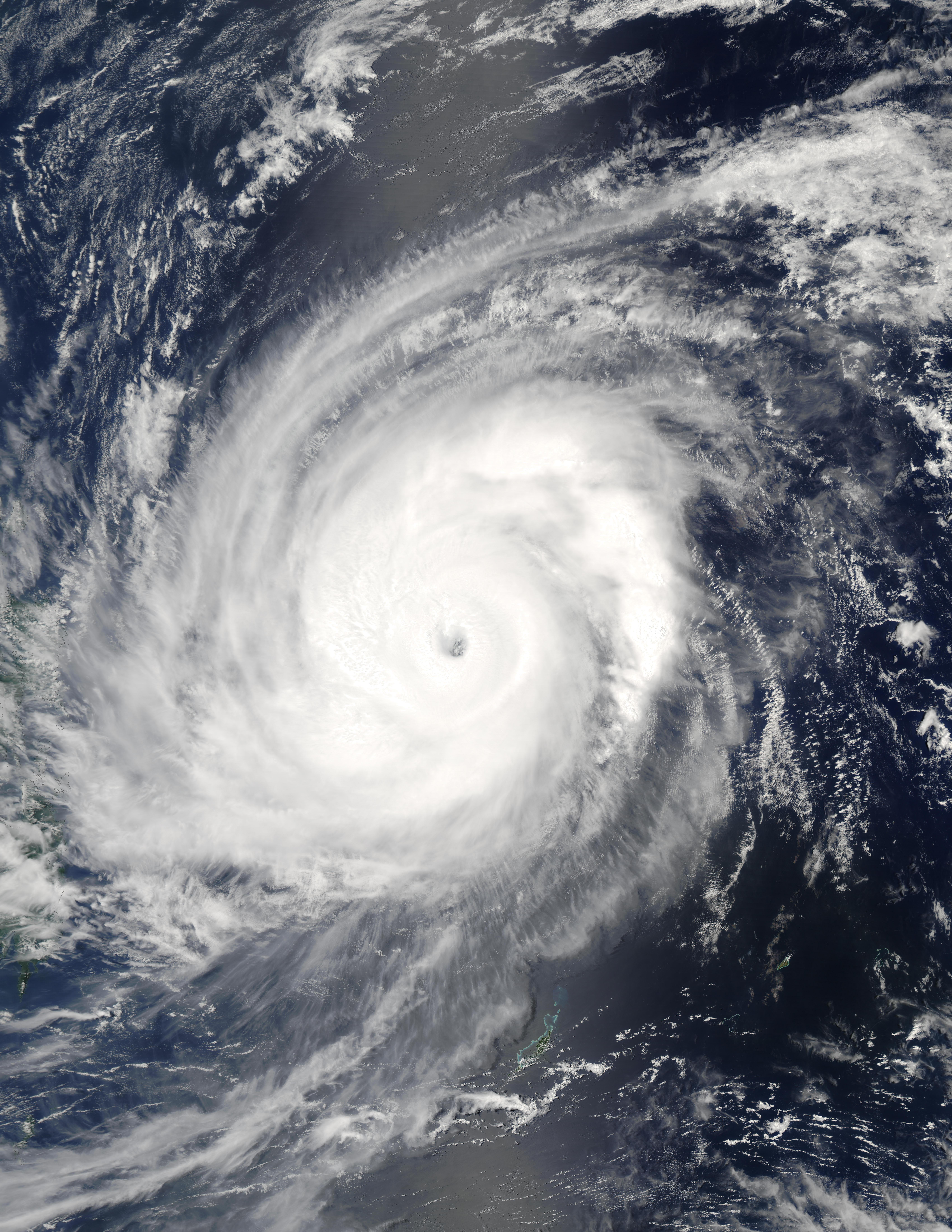 Tifón Sudal (03W) cerca de las Filipinas