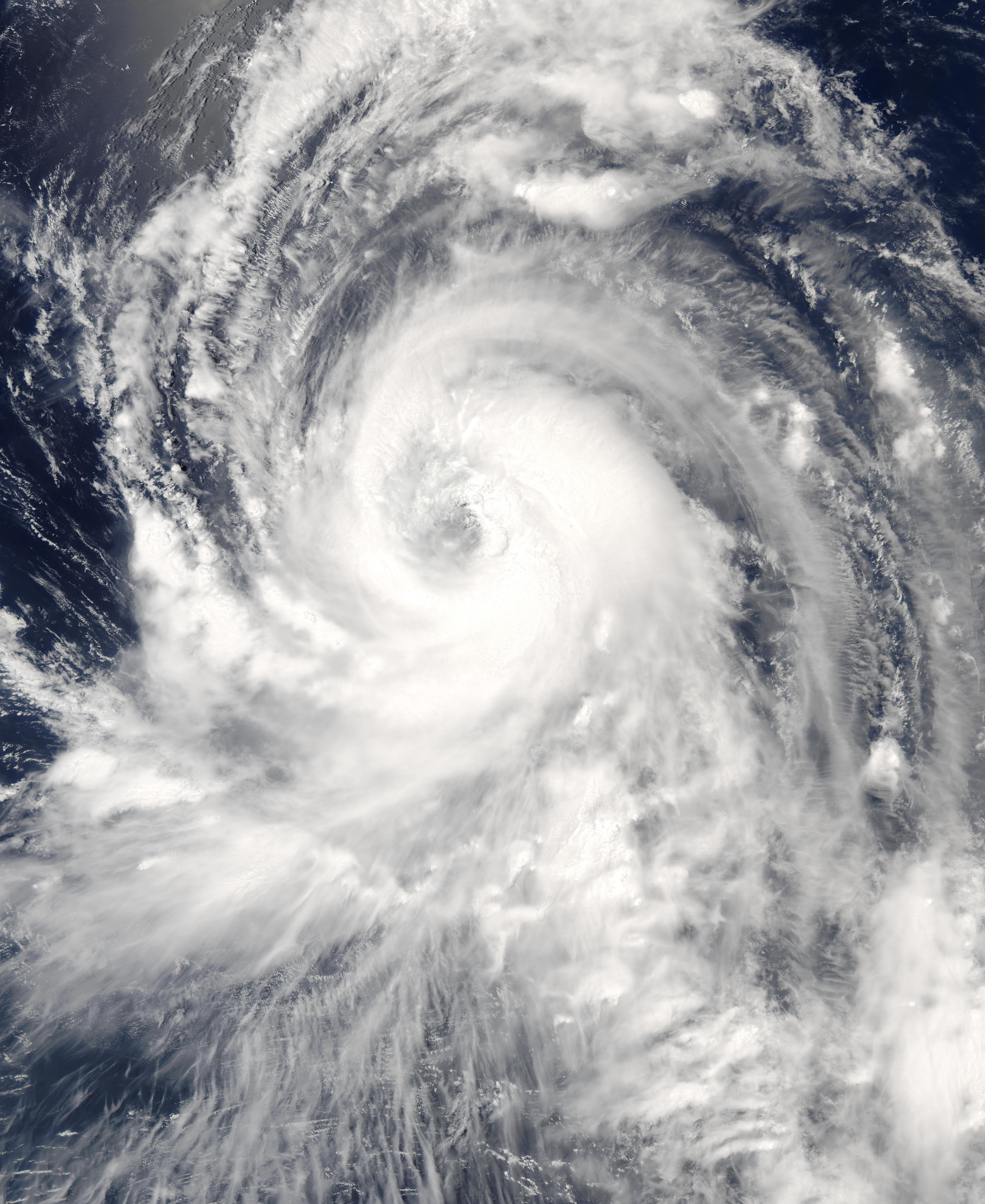 Tifón Tingting (11W) encima de las Islas Marianas del Norte