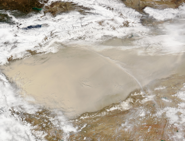 Tormenta de polvareda en el desierto de Taklamakán, China occidental
