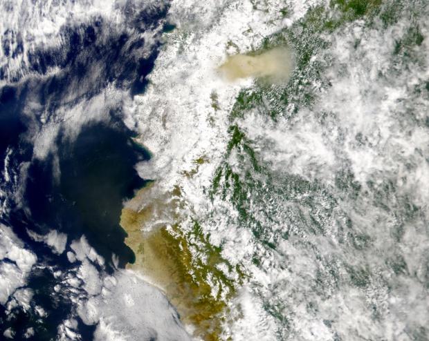 Ceniza eruptando del volcán El Reventador cubre Quito, Ecuador