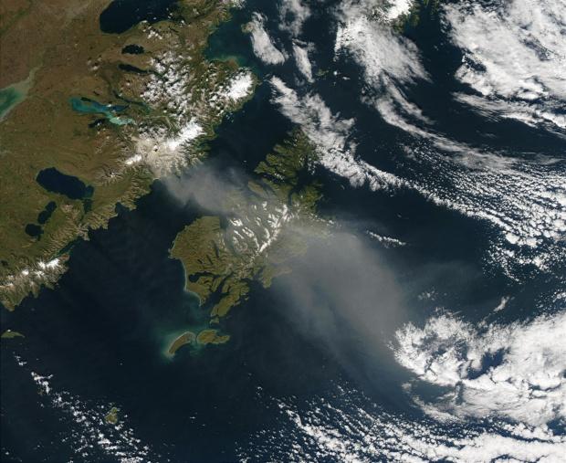 Ceniza volcánica resuspendida encima de la isla de Kodiak, Alaska