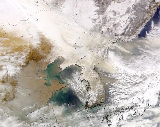 Nieve y polvareda encima de Mongolia Interior