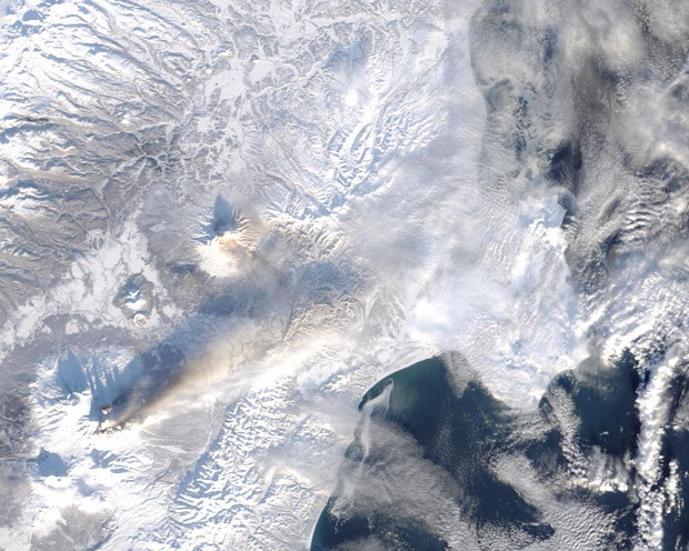 Pluma de cenizas en la Península de Kamchatka, Rusia Oriental