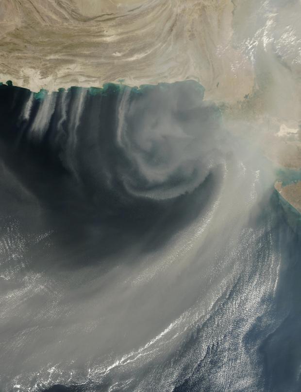 Polvareda encima del Mar Arábigo