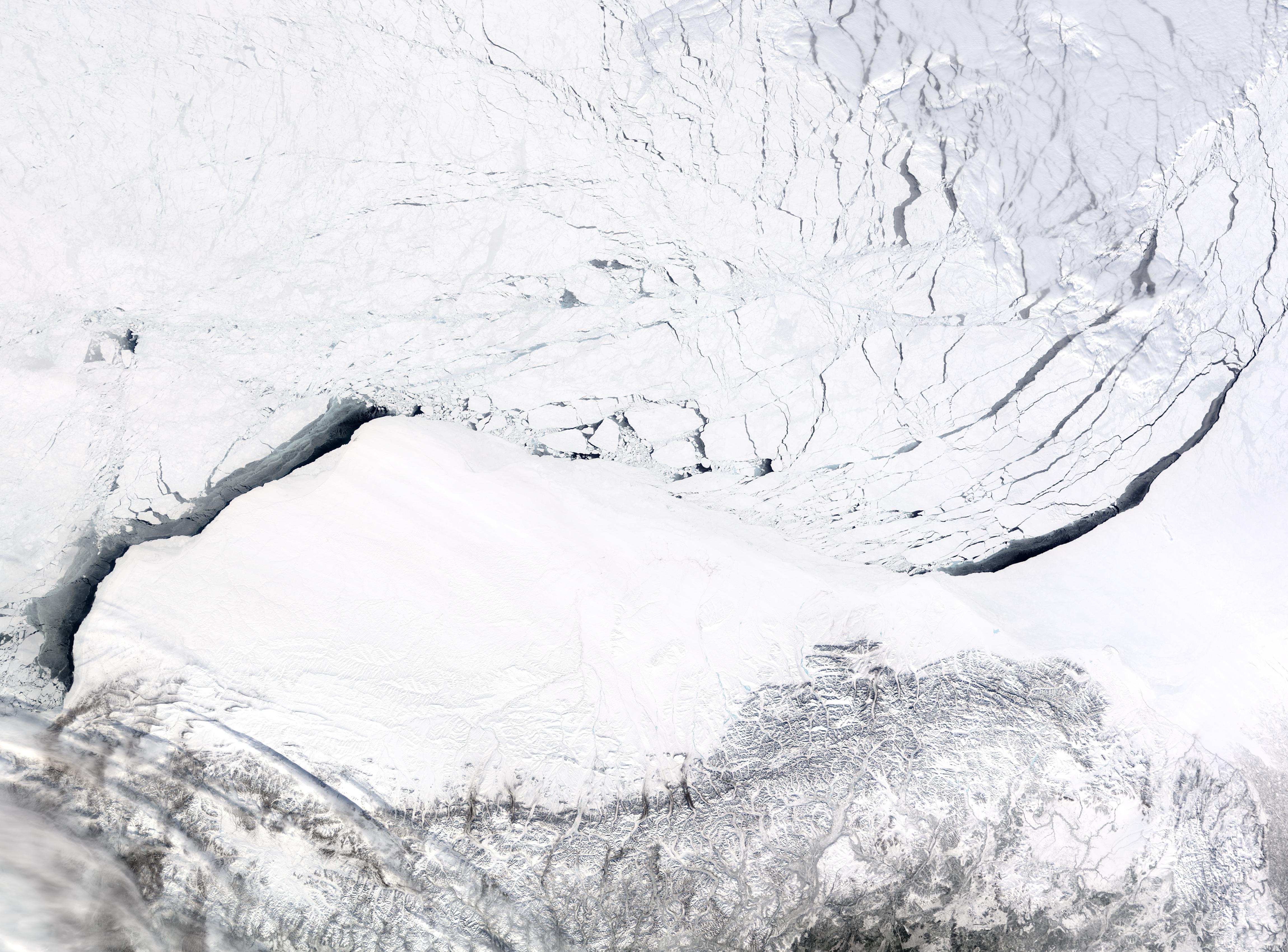 Hielos marinos rompiéndose en el mar de Beaufort cerca de Alaska