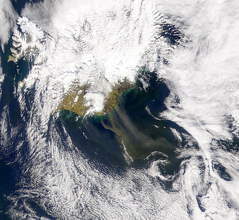 Humo o polvareda encima de Islandia