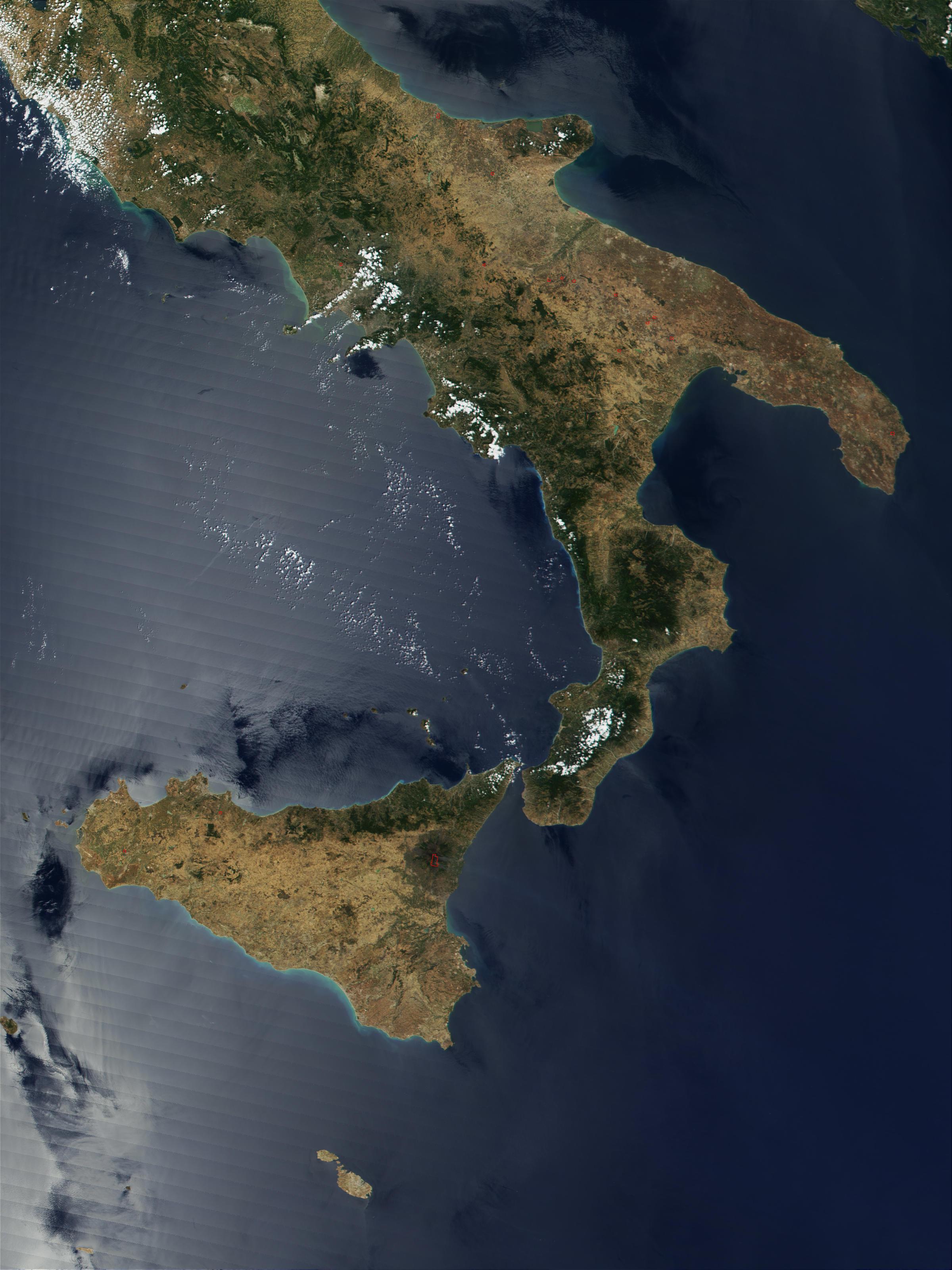 Incendios en Italia meridional, y corriente de lava del Monte Etna en Erupción en Sicilia