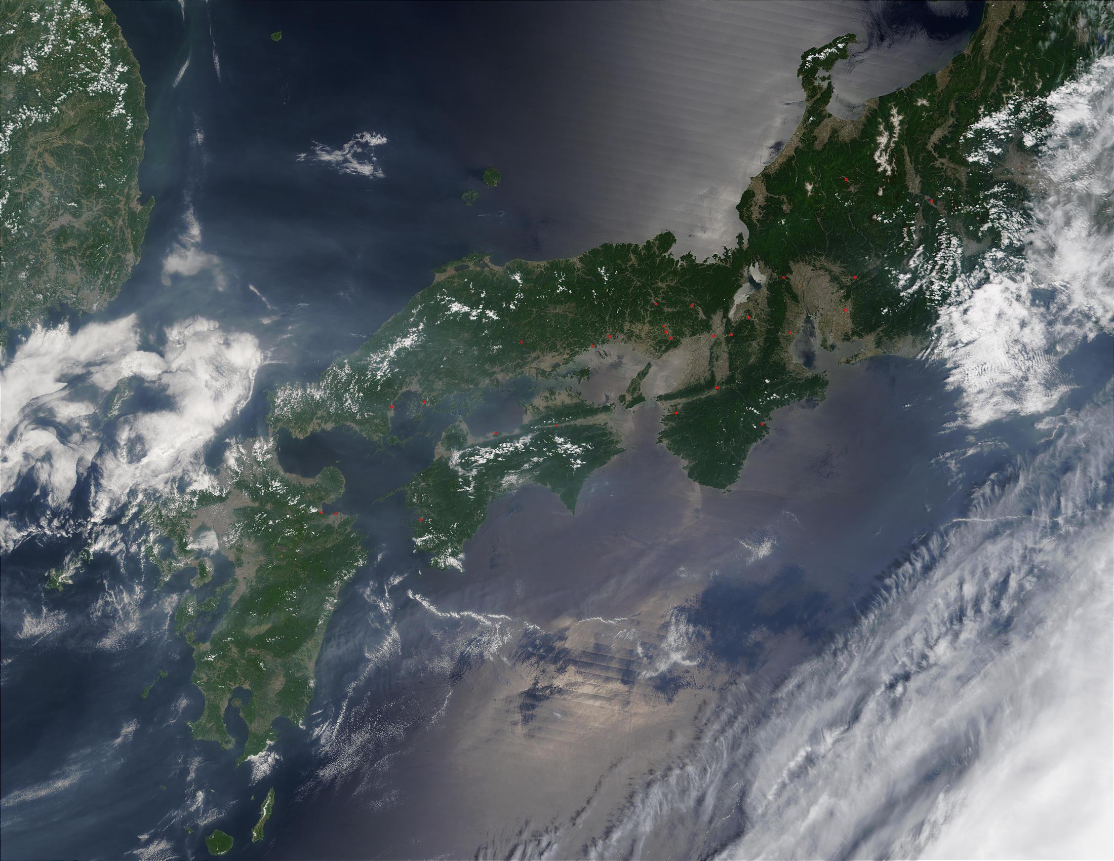 Incendios y humo a través de Japón