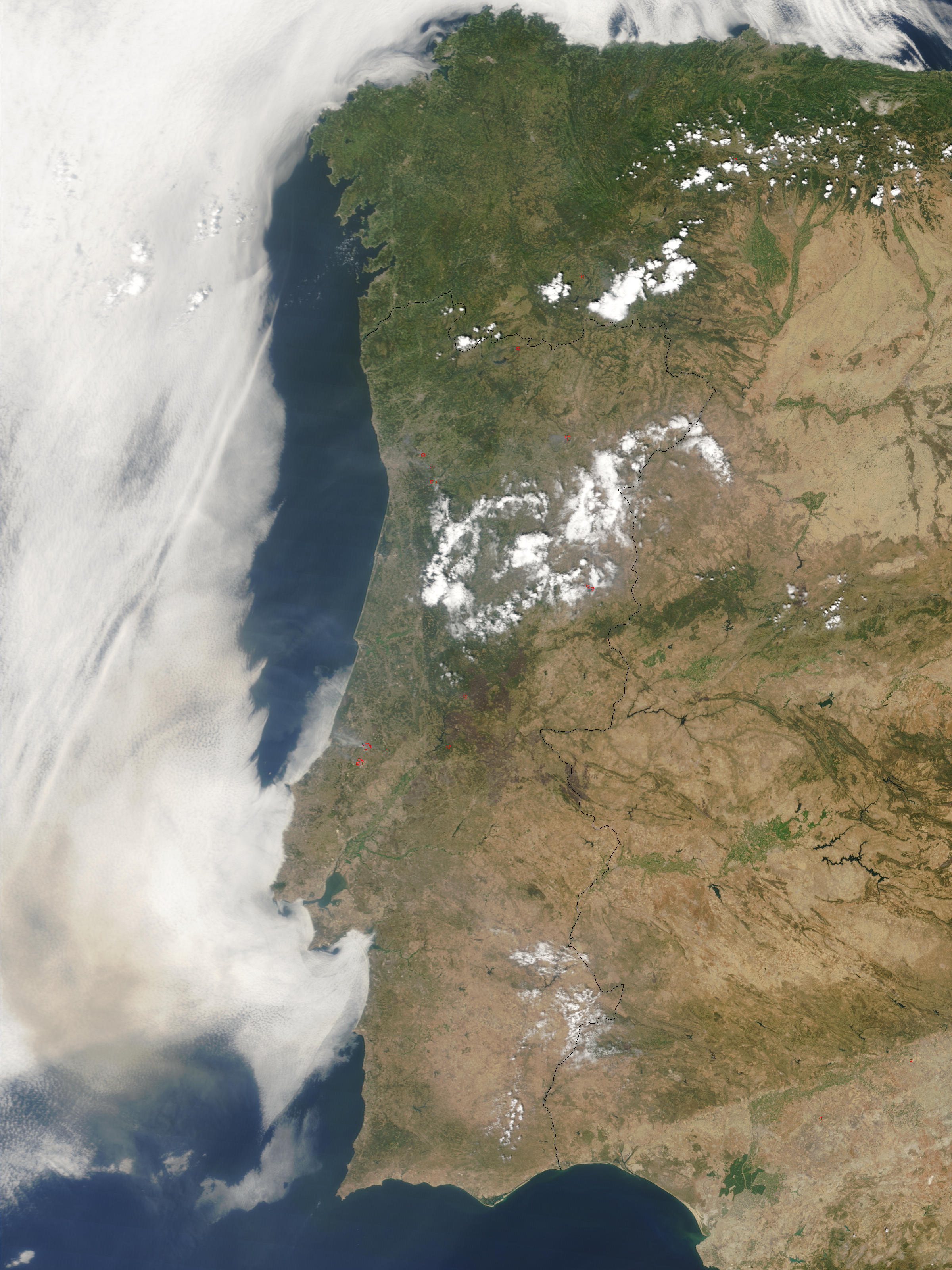 Incendios y humo a través de Portugal
