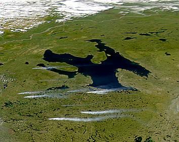 Penacho de humo cerca del Gran Lago del Oso