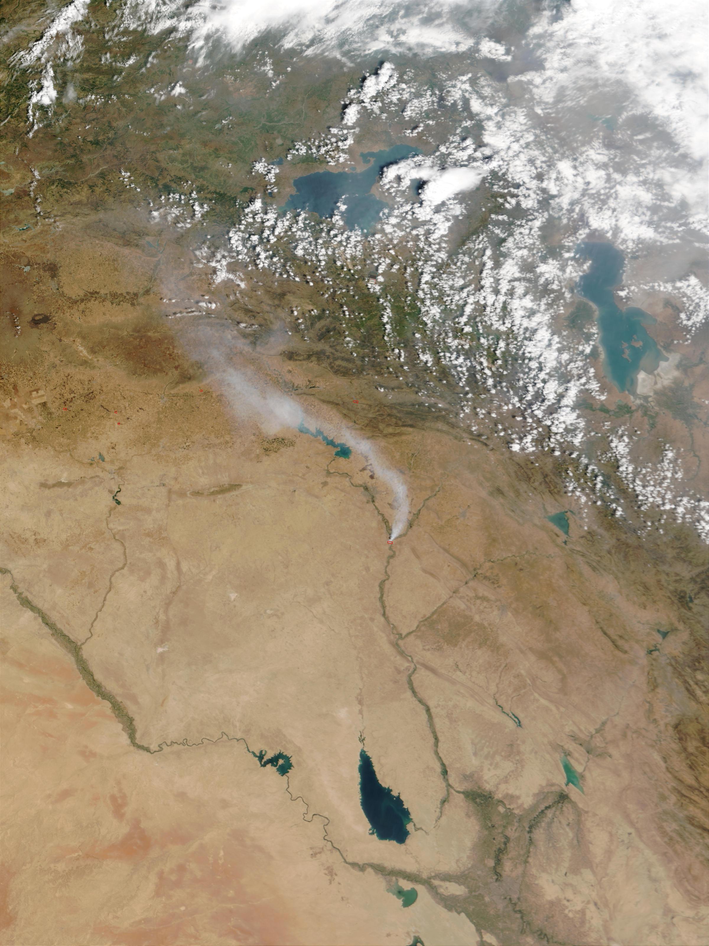 Penacho de humo tóxico de fuego de azufre, norte de Iraq