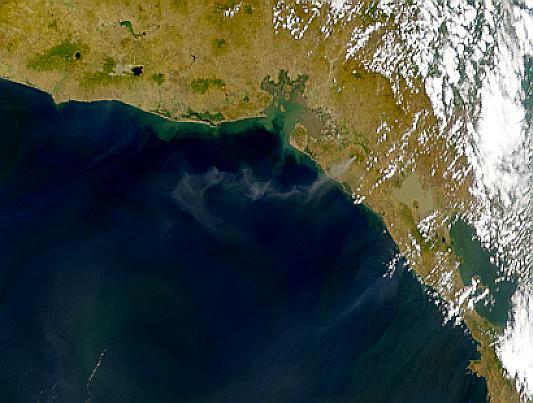 Penachos de la erupción del volcán San Cristobal