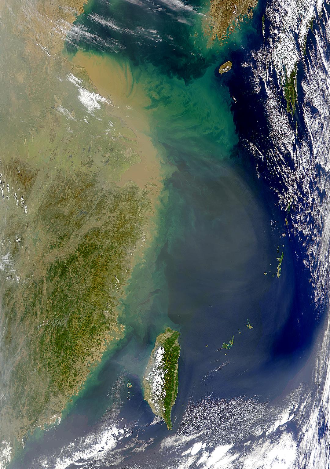 Polvareda chino en el aire y lodo en el agua