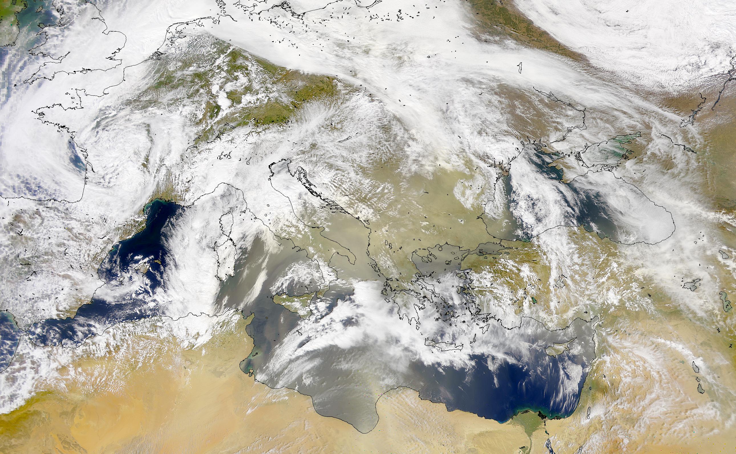 Polvareda encima de Italia y de la Península Balcánica