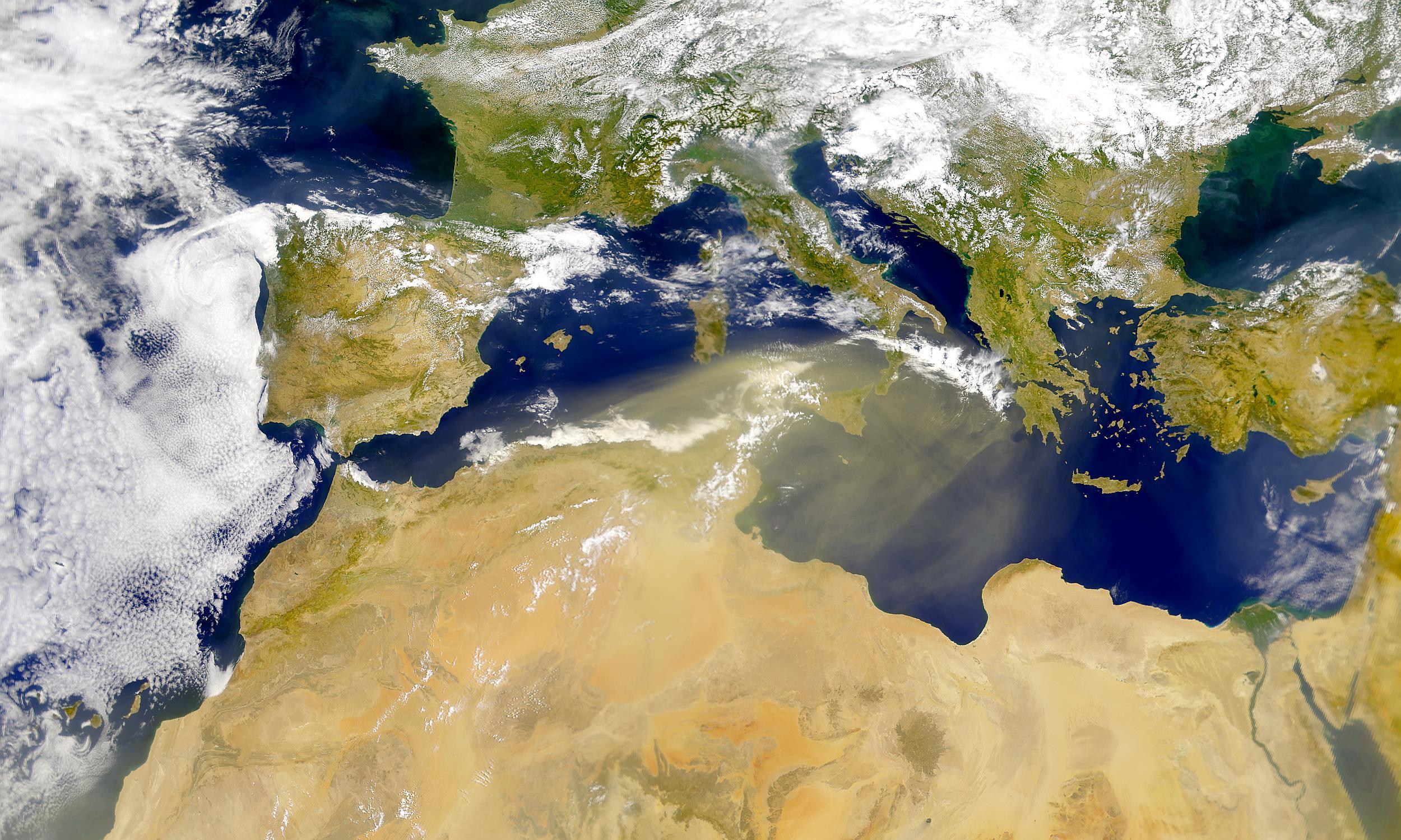 Polvareda soplando encima del Mediterráneo