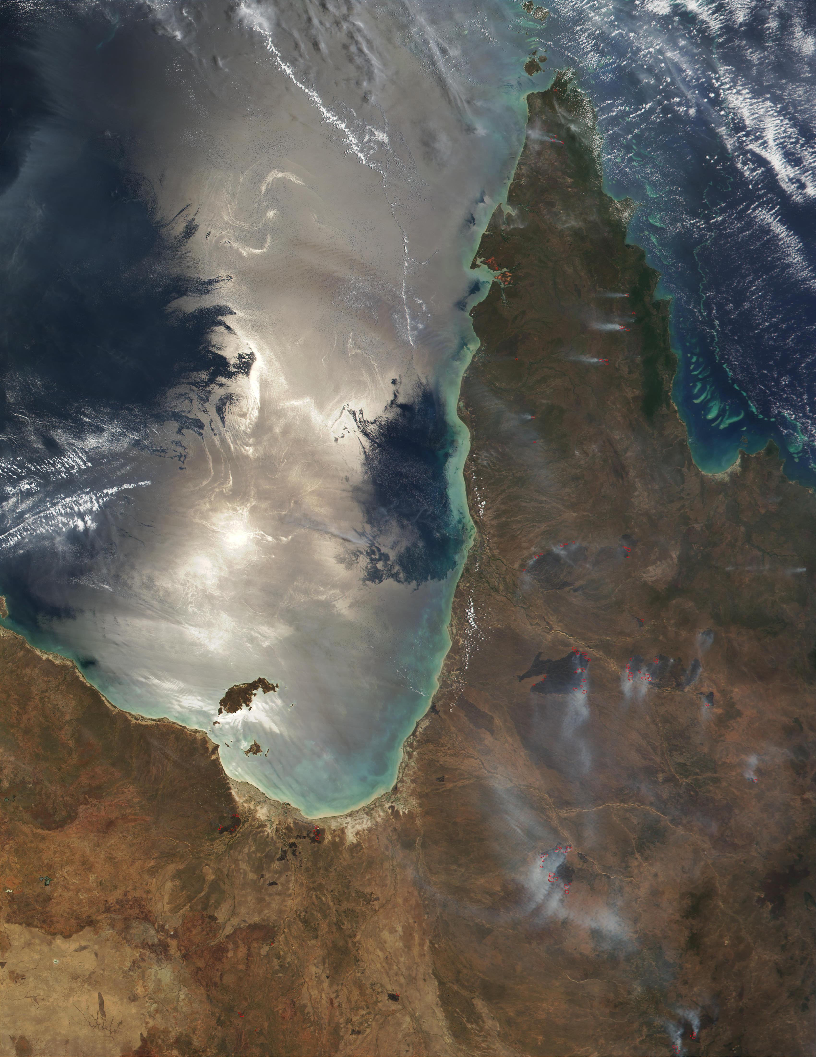 Reflexión solar en el Golfo de Carpentaria y incendio forestal en Queensland, Australia