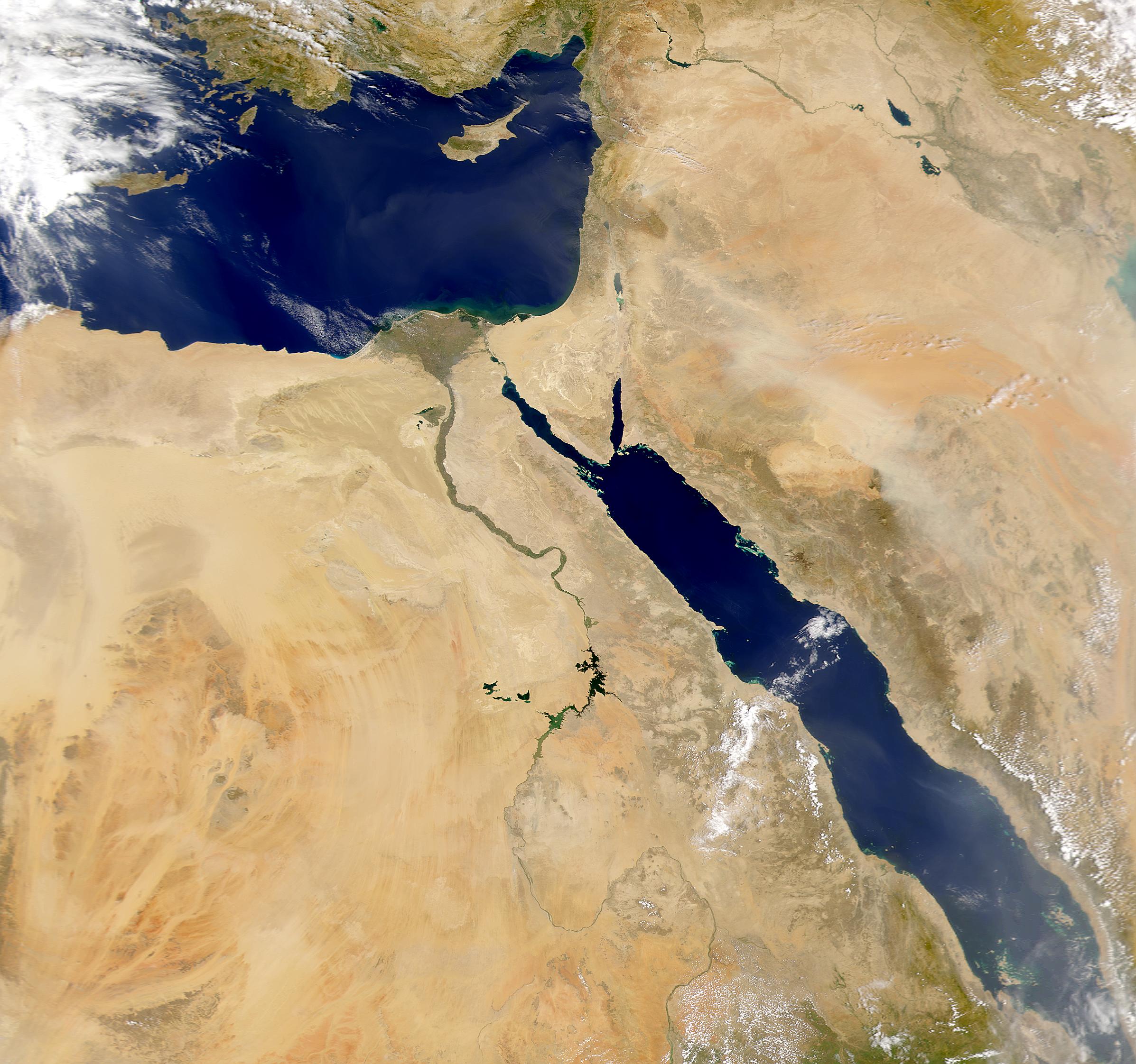 Río Nilo y tormenta de polvareda en Arabia Saudita