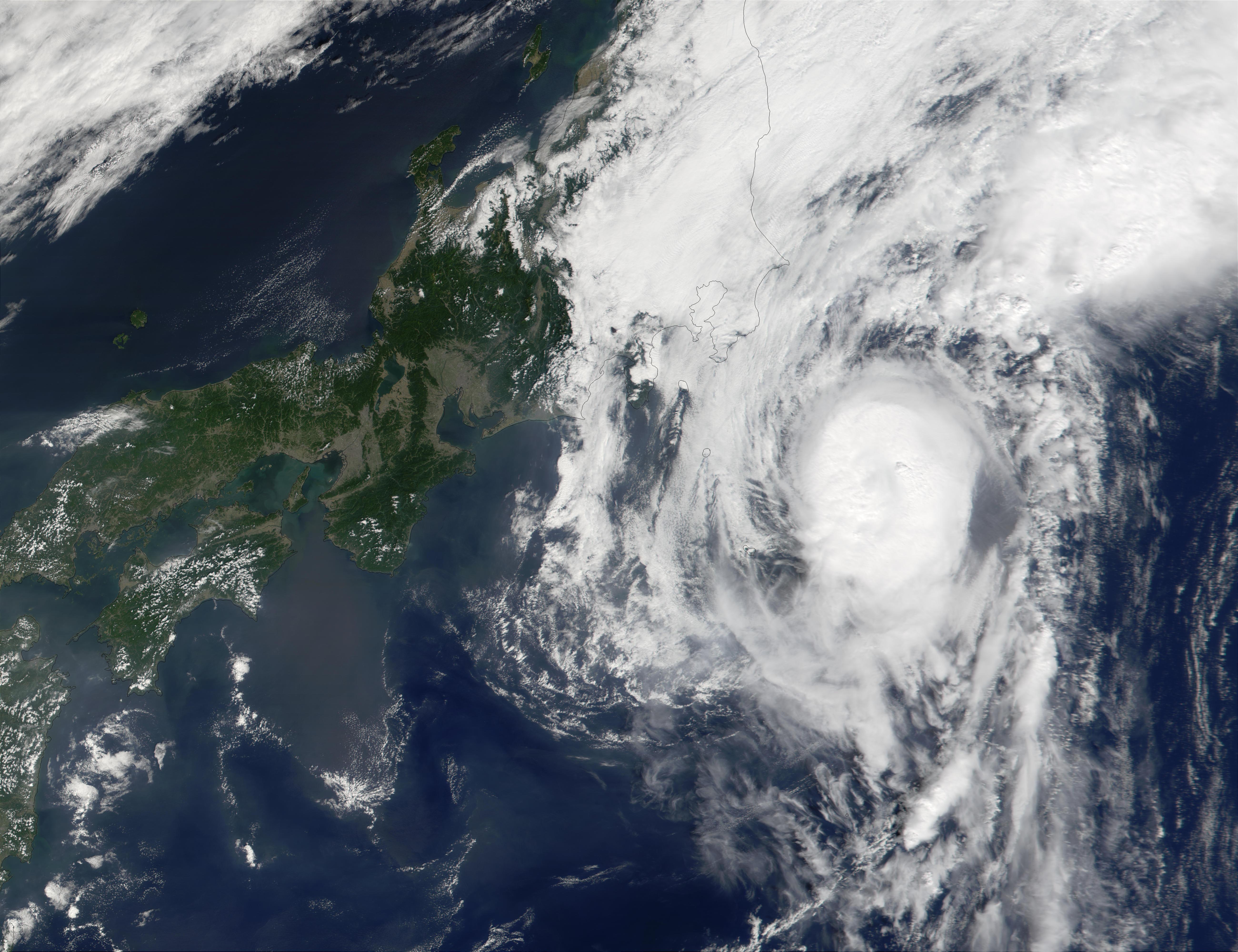 Tifón Vipa (21W) alcanza la costa de Japón