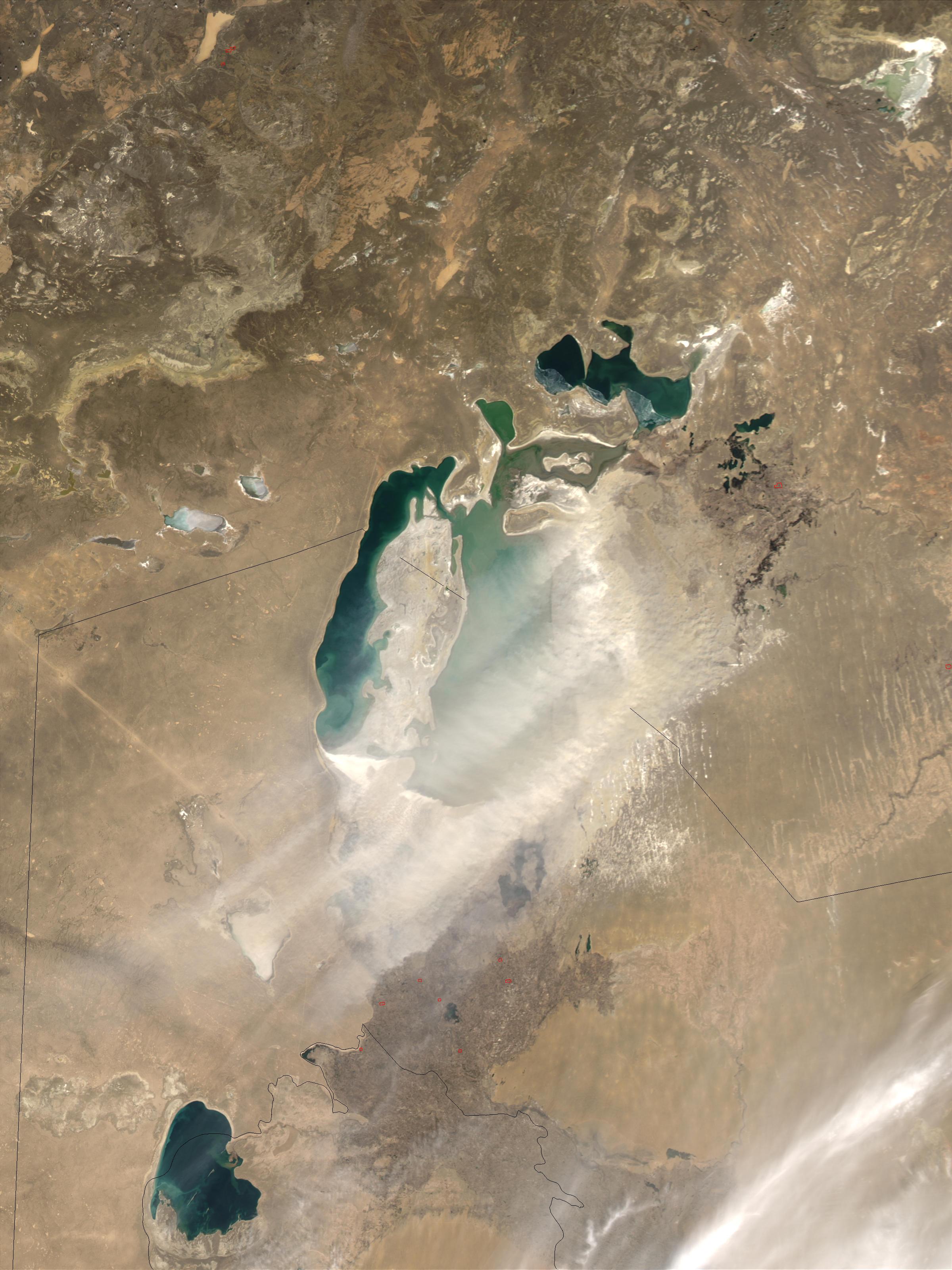 Tormenta de polvareda encima del Mar de Aral