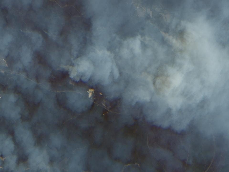 Vista en alta resolución de los incendios y humo cerca de Sydney, Australia