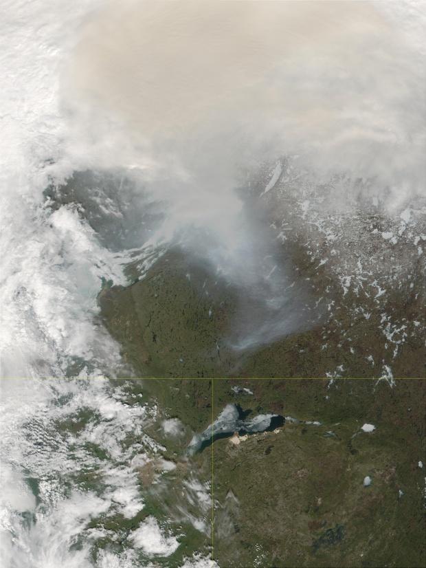 Lago Athabasca y humo de los incendios en Alberta, Canadá