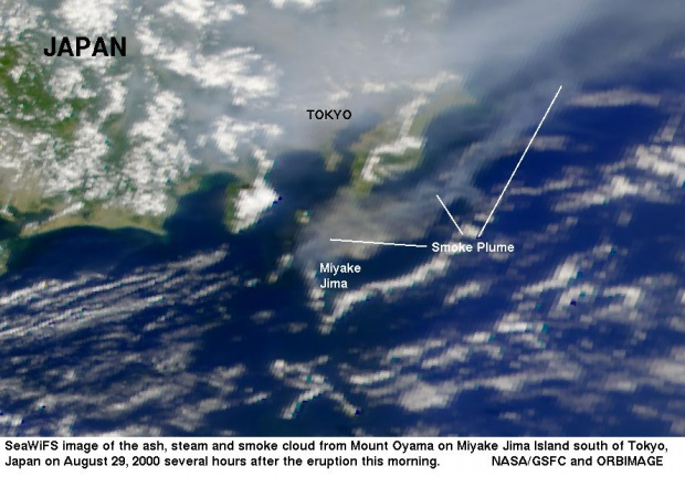 Nube de humo de la erupción del Monte Oyama