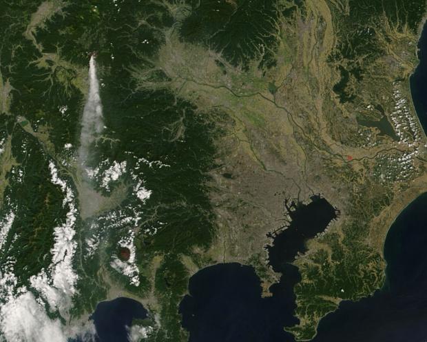 Pluma de ceniza del volcán Asama, Japón