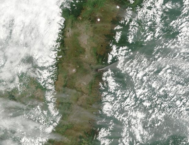 Pluma de ceniza subiendo del volcán Tungurahua, Ecuador