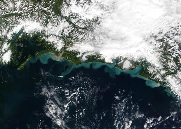 Sedimentos de nieve derretida a lo largo de la costa de Alaska