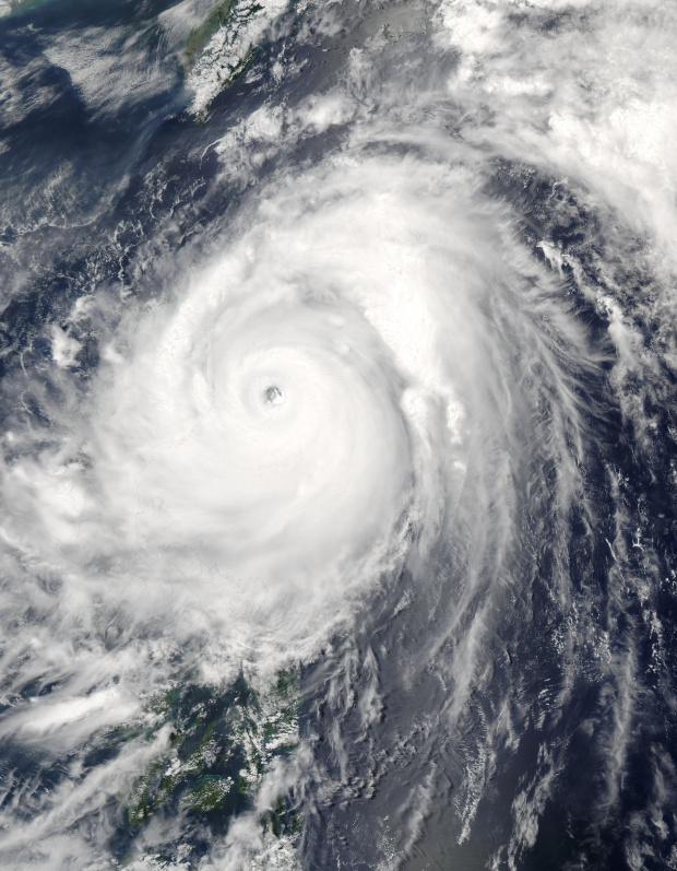 Super Tifón Nida (04W) encima de las Filipinas